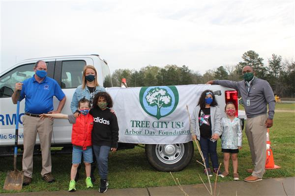 School District Five elementary school receives gift of oak trees on campus